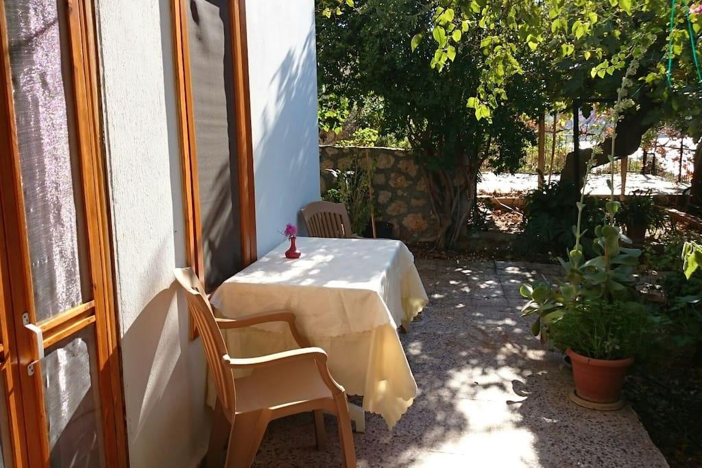 there is a sitting place front of the room.  Odanın önünde bahçeye bakan oturma alanı