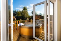 DUCKLING LODGE, with private hot tub