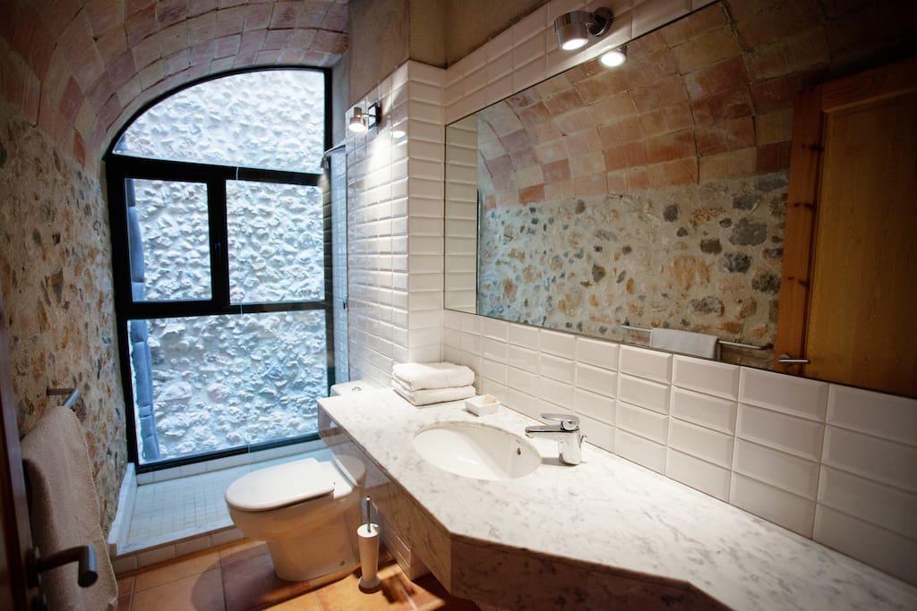 Baño sin barreras arquitectónicas, situado en la primera planta.