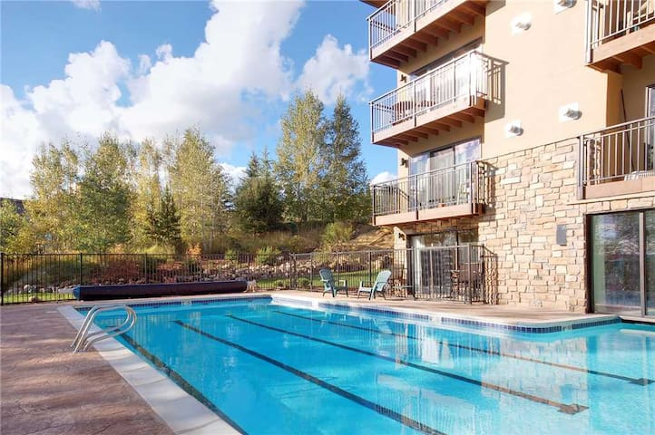 SL101 by Pioneer Ridge ~ Heated Pool & Hot Tub & Grill ~ Near Hiking ~