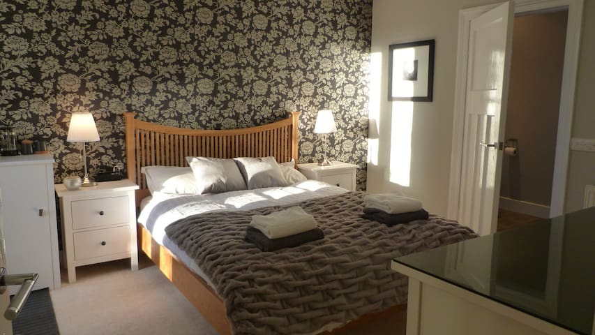 Stylish en-suite room, private entrance & garden