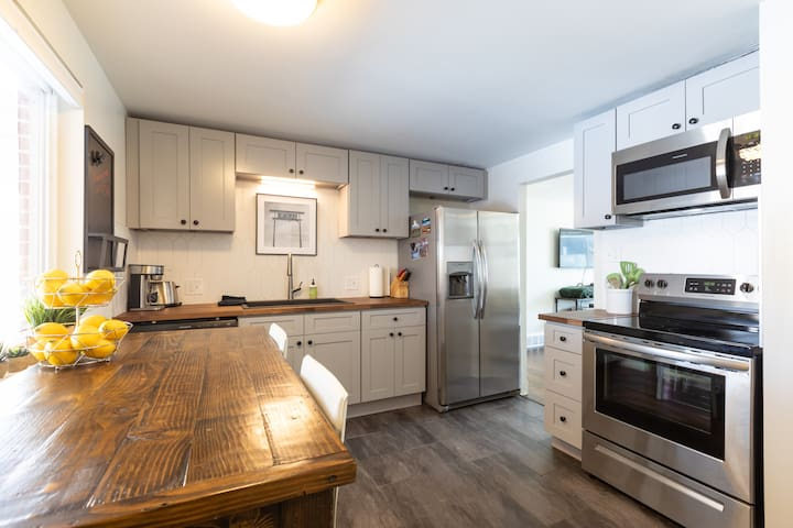 Newly Remodeled TownHouse, 420/Dog Friendly!