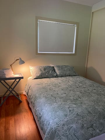 Cosy, comfortable Queen sized bed with ensuite