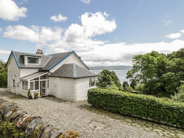 GLENASHDALE, pet friendly, with open fire in Dunoon, Ref 12582