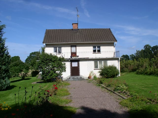 Hus i äldre stil i liten bondby utanför Mörlunda - Ruda - Casa