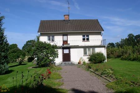 Hus i äldre stil i liten bondby utanför Mörlunda - Ruda
