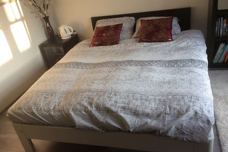 Comfortable quiet room - Airport 1.9 km - Eindhoven - Bungalow