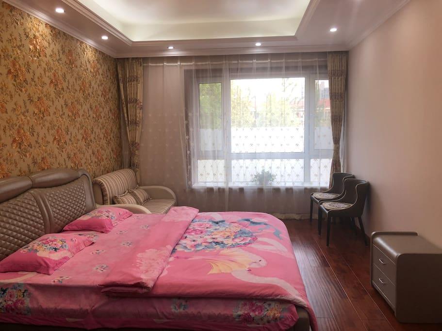 卧室内有舒适软床,双人沙发床,休闲椅,床头柜