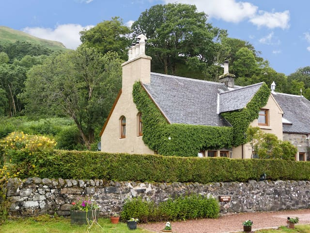 OLD SCHOOL HOUSE, pet friendly in Letterfearn, Ref 18097