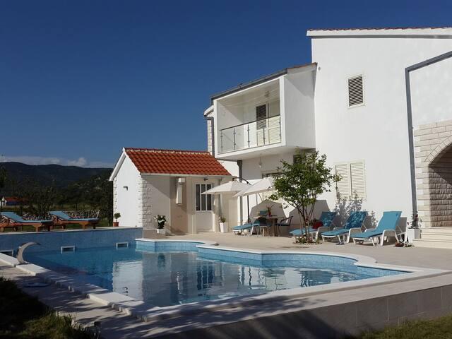 Villa Neoric / Studio apartment Silva in Villa Almas