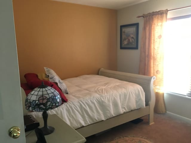 !!COMFY BEDROOM #2 in SW by UF/Archer Rd, Kayaks!