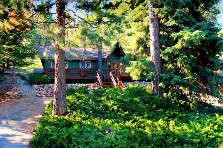 Outdoor Spa Cabin! 5 min walk to ski lifts and zoo