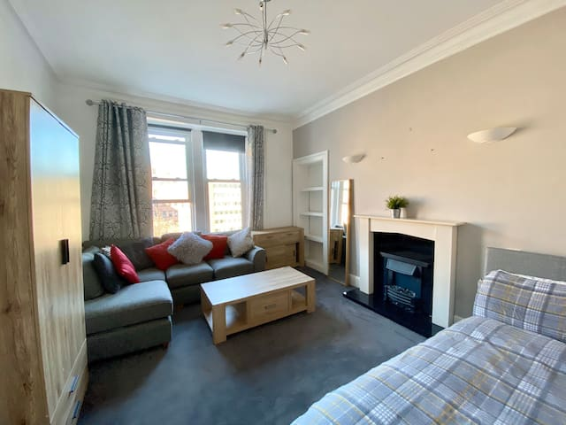 Spacious double bedroom 10 min from Princess steet