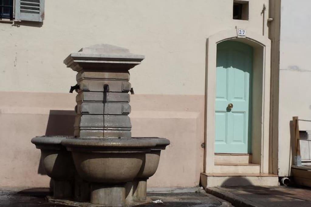 Entrée de l'immeuble sue la place piétonnière du Suquet