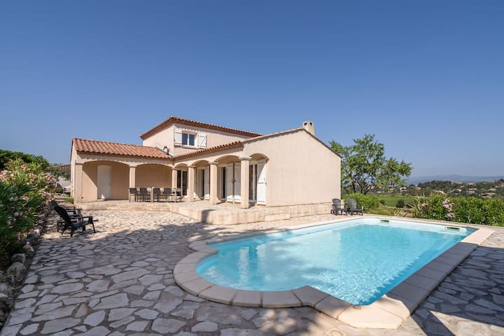 Luxurious villa with private swimming pool and beautiful view of Minervois