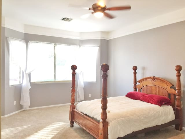 Beautiful home!! Next to WESTGATE!! - Glendale - House