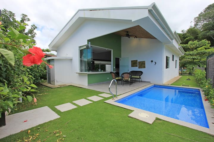 *Modern, Private Pool & Close to the Beach!