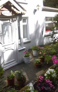 CHARACTER TWO BEDROOM DETACHED COTTAGE,ST.JOHNS - Saint John's - Huis