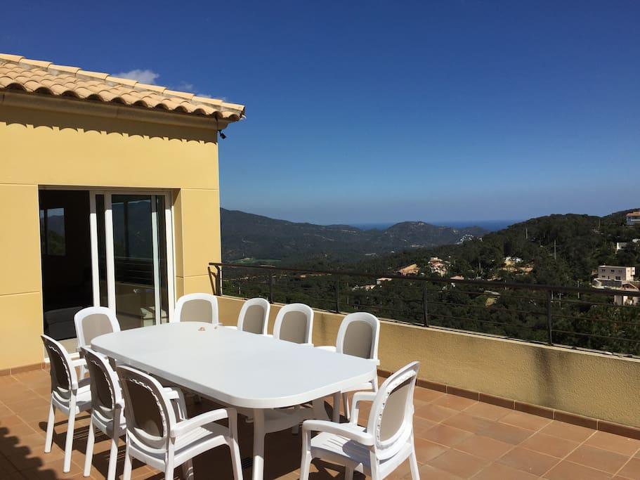 Grande terrasse orientation sud. Accès direct cuisine et salon. Bbq et parasol à disposition.