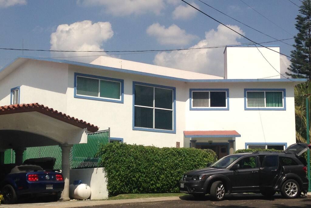 Vista frontal de la casa