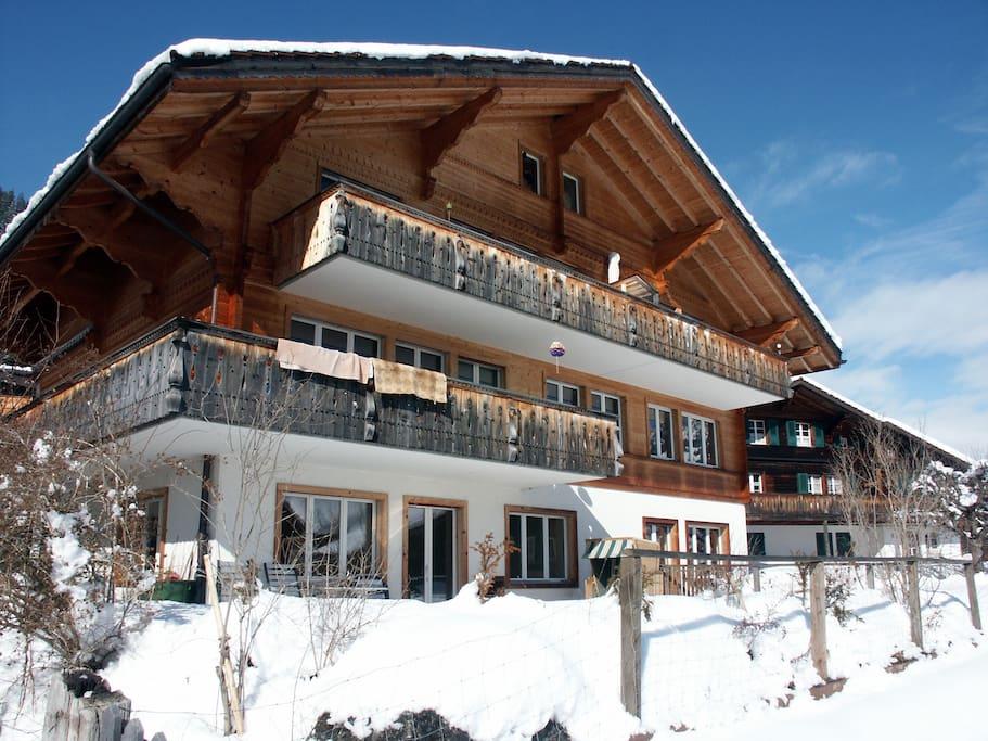 Winter: Ansicht auf das Haus hinten, Ferienwohnung ist im Untergeschoss.