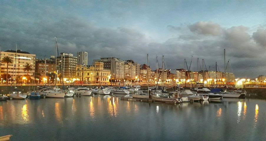 En el centro entre el puerto y las playas.