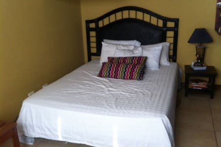 Cozy guest room mins from the beach - Tamarindo