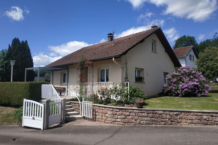 Petite maison individuelle au pied de la forêt