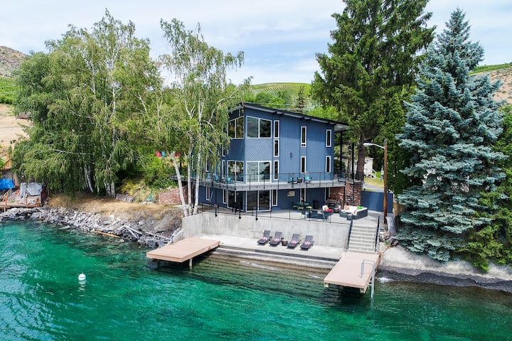Waterfront @ Rocky Point Lodge w/ an infinity point of view & hot tub - Dogs OK!
