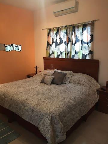 Cómoda cama king size con almohadas y cubrecolchón Sognare q te asegura un delicioso descanso!