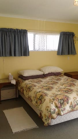 En suite room in sunny, quiet home near Nelson - Richmond