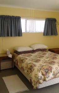 En suite room in sunny, quiet home near Nelson - Richmond - Domek parterowy