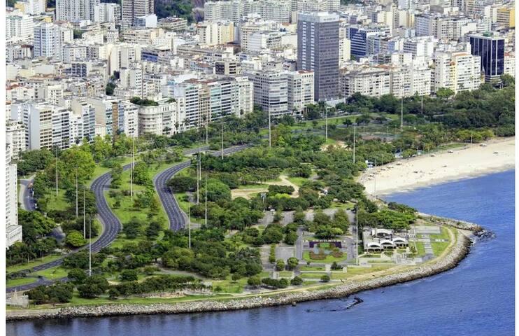 Quarto silencioso em frente ao metro Flamengo.