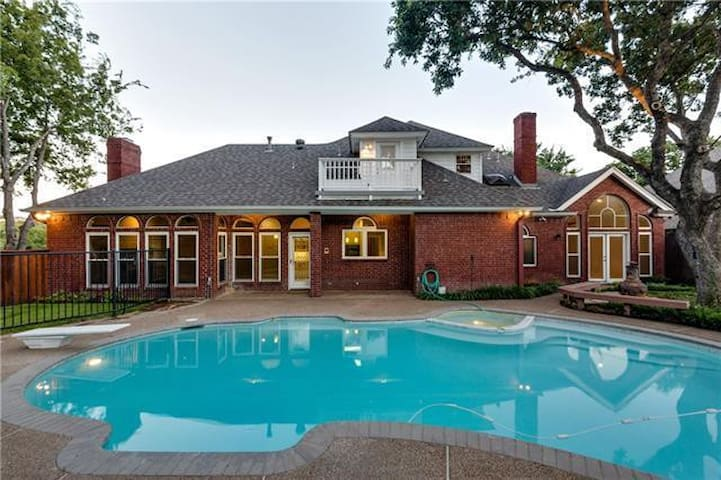 Beautiful Pool Home Central to Dallas & Ft Worth!!