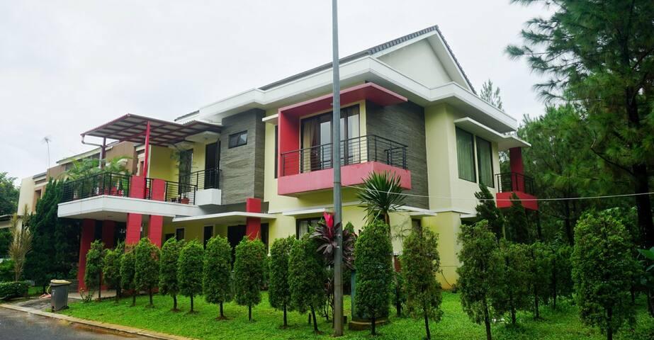 "Villa ""Rumah Dr Penn"" The Green, BSD City, Serpong"