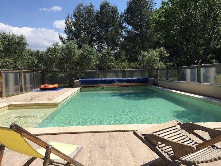 Villa en Provence avec piscine entourée d'oliviers