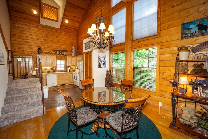 Rustic 2 Bed, 2 Bath Cedar Log Cabin