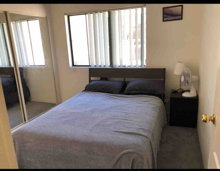 Big Room wardrobe,Queen bed,near CBD, olympic park