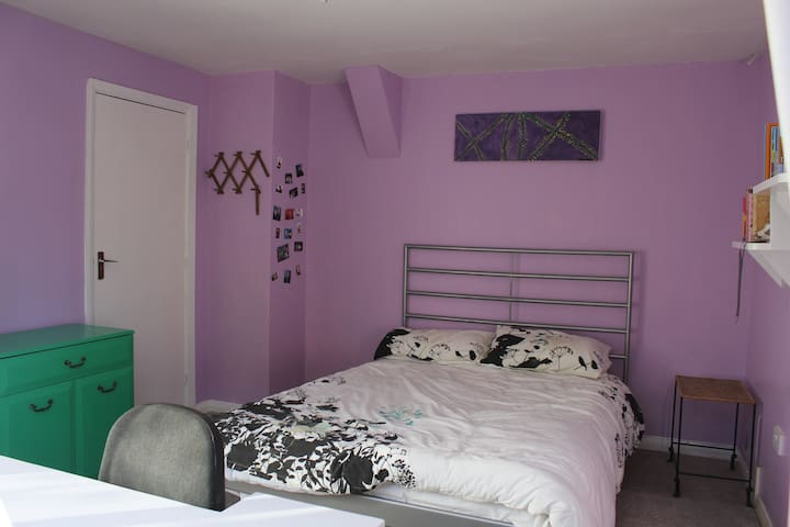 Double room in family home with secluded garden