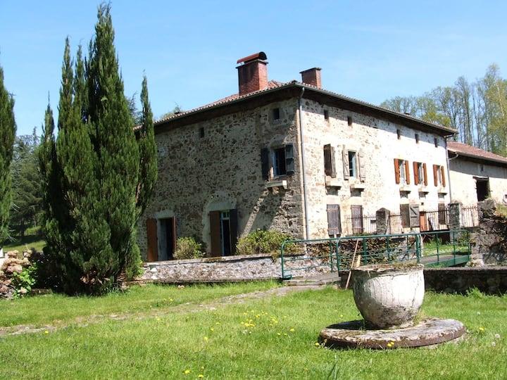 Maison ancienne, pleine nature, à côté rivière