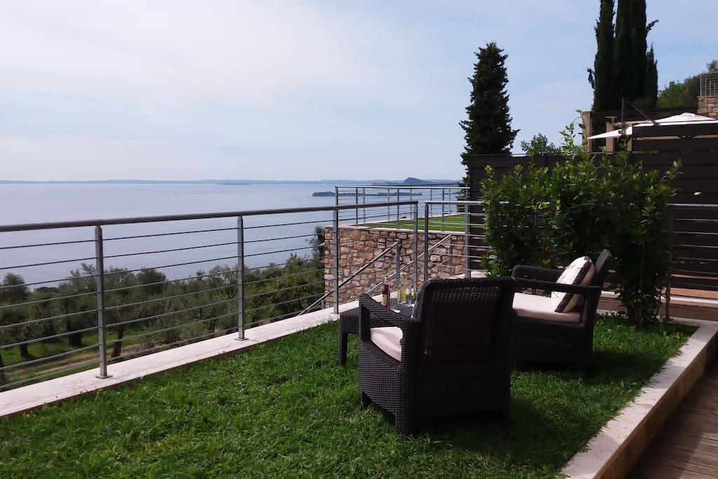 Lo spazio verde davanti a casa e la vista sul lago