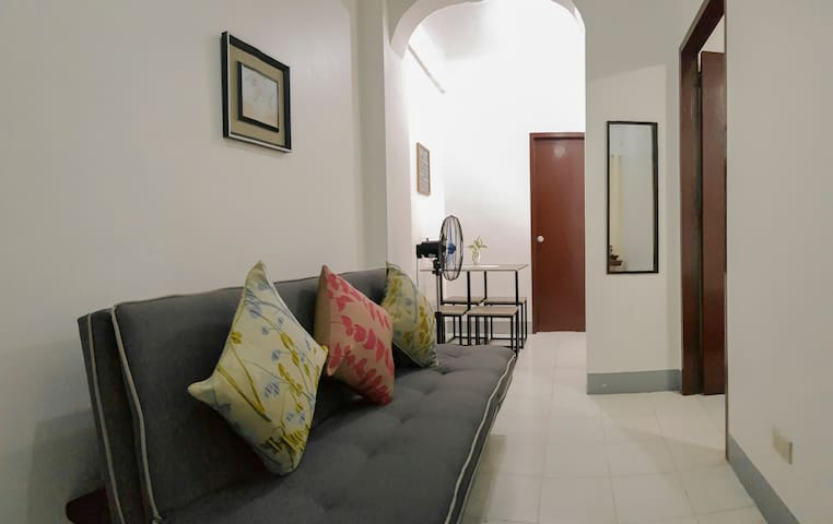 Homey Apartment w/ 35 Mbps WiFi-15 min walk to BGC