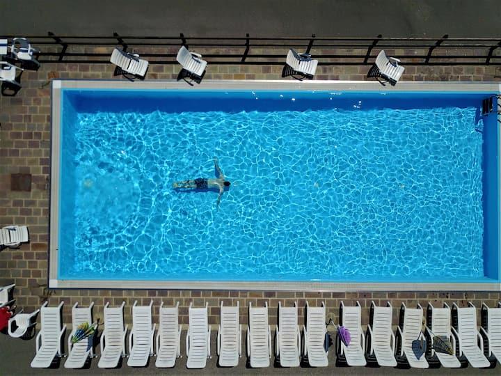 Monolocale con piscina e grande giardino