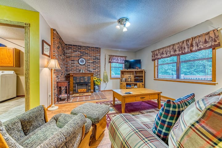 Secluded mountain cabin w/ fireplace & a spacious, furnished deck