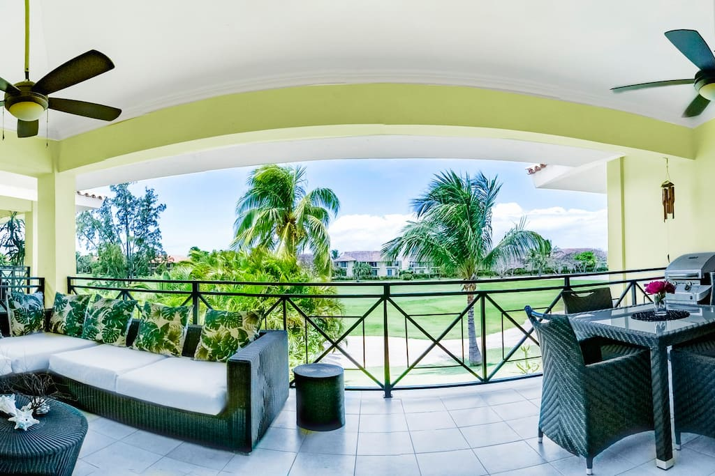 This will be one of your favorite spots in the apartment: an excellent golf view, breezy fresh air, and a relaxing lounge zone to enjoy this beauty!
