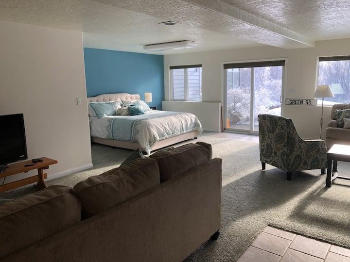 Peaceful & Luxurious Hillside Retreat on 5 acres