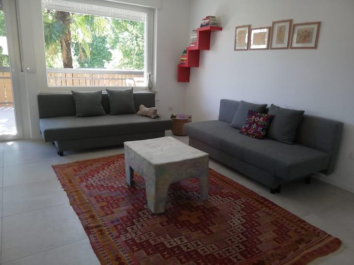 Appartamento con stile, ampia terrazza e giardino