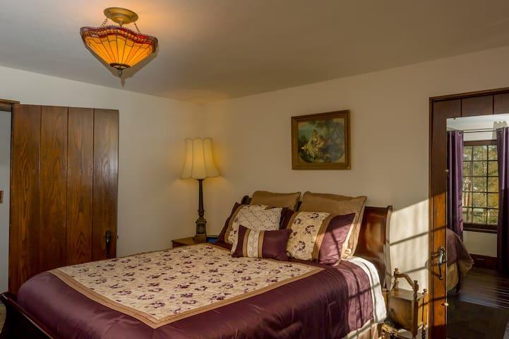 The Purple room; queen bed