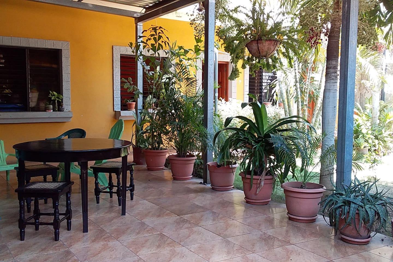 Amplia y acogedora terraza, ideal para compartir en familia o entre amigos.