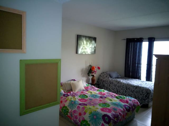 Room with private bathroom,beach close to15minutes - Palm Springs - Apartemen